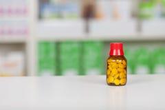 Bouteille de médecine sur le compteur de pharmacie images libres de droits