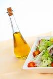 Bouteille de pétrole et salade verte Images stock