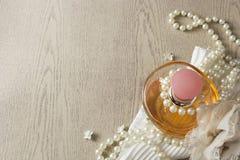 Bouteille de parfum d'élégance avec les perles blanches Images stock