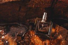 Bouteille de parfum dans l'eau Images stock