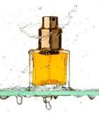 Bouteille de parfum dans un pulvérisateur Images stock