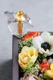 Bouteille de parfum de luxe avec des fleurs dans le boîte-cadeau Parfumerie, cosmétiques, collection de parfum L'espace libre pou Photos libres de droits
