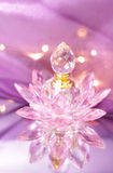 Bouteille de parfum sous forme de lotus images stock
