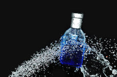 Bouteille de parfum sur l'eau Photo libre de droits