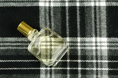 Bouteille de parfum sur la configuration de contrôle photographie stock