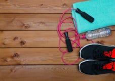 Bouteille de serviette d'espadrilles de l'eau et de corde à sauter Image libre de droits