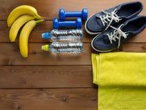Bouteille de serviette d'haltères d'espadrilles de bananes de l'eau Photo libre de droits