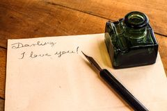 Bouteille de stylo-plume et d'encre - lettre d'amour Photo libre de droits