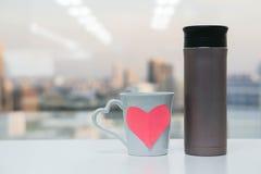 Bouteille de thermos avec la tasse d'amour Photo stock