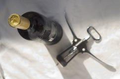 Bouteille de tire-bouchon de vin et de sommelier Photo stock