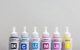 Bouteille de toner pour la machine d'imprimante et le fond de copyspce Couleur de CMYK pour des affaires d'impression photo libre de droits