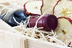 Bouteille de vieux vin rouge dans le cadre en bois de cadeau Image stock