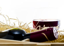Bouteille de vieux vin rouge dans le cadre en bois de cadeau Images stock