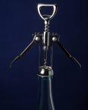 Bouteille de vin avec l'ouvreur de bouteille de vin sur le dessus image libre de droits