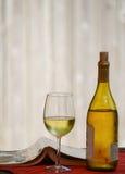 Bouteille de vin avec le verre et le livre Images libres de droits