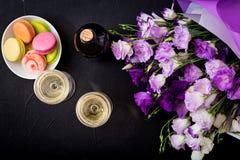 Bouteille de vin blanc sec et d'un macaron Photographie stock libre de droits