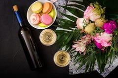 Bouteille de vin blanc sec et d'un macaron Photographie stock