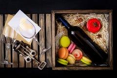Bouteille de vin blanc sec et d'un macaron Photos libres de droits