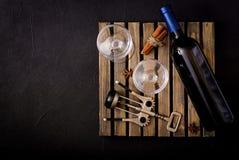 Bouteille de vin blanc sec et des verres Images stock