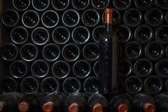 Bouteille de vin dans une cave photo stock