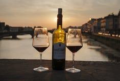 Bouteille de vin de la Toscane sur le coucher du soleil à Florence Photo libre de droits