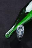 Bouteille de vin et aérateur verts de vin sur le fond noir Photos libres de droits