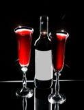Bouteille de vin et de deux glaces de vin Image libre de droits