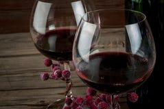 Bouteille de vin et de deux verres de vin Photographie stock libre de droits