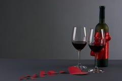 Bouteille de vin et deux verres à vin Photographie stock libre de droits