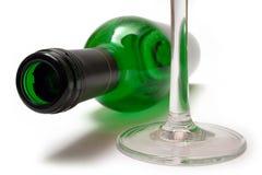 Bouteille de vin et glace de vin menteuses Photographie stock