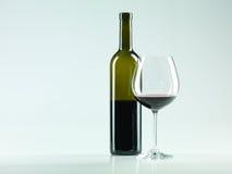 Bouteille de vin, glace avec le vin rouge Images stock