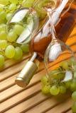 Bouteille de vin, groupe de raisins, verres de verre Images stock