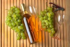 Bouteille de vin, groupe de raisins, verres de verre Image libre de droits