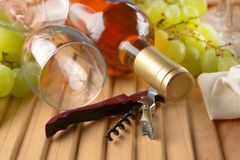 Bouteille de vin, groupe de raisins, verres de verre Photos stock