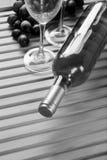 Bouteille de vin, groupe de raisins, verres de verre Images libres de droits