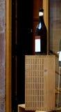 Bouteille de vin neutre sur une boîte en bois Photo libre de droits