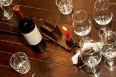Bouteille de vin rouge avec beaucoup de verres de vin vides Photographie stock