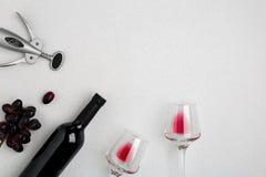 Bouteille de vin rouge avec des verres sur la maquette blanche de vue supérieure de fond Photos stock