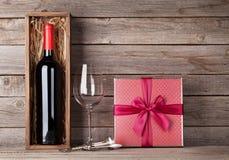 Bouteille de vin rouge, boîte-cadeau et verre de vin Photo stock