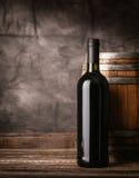 Bouteille de vin rouge dans la cave photographie stock libre de droits