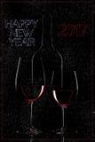Bouteille de vin rouge et verre de vin sur le fond noir Photos libres de droits