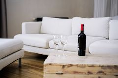 Bouteille de vin sur la table en bois Images stock