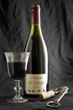 Bouteille de vin sur le noir photographie stock