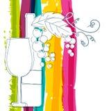 Bouteille de vin, verre, branche de raisin avec des feuilles et stri d'arc-en-ciel Photographie stock