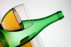 Bouteille de vin verte et deux glaces Photographie stock libre de droits