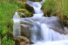 Bouteille en plastique avec de l'eau propre image libre de droits
