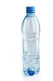 Bouteille en plastique avec de l'eau sur un fond blanc photographie stock libre de droits