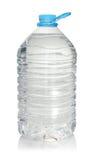 Bouteille en plastique d'eau potable sur le blanc Photographie stock libre de droits