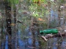 Bouteille en plastique dans un étang photos libres de droits