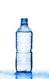 Bouteille en plastique de l'eau d'isolement sur le blanc Photos stock